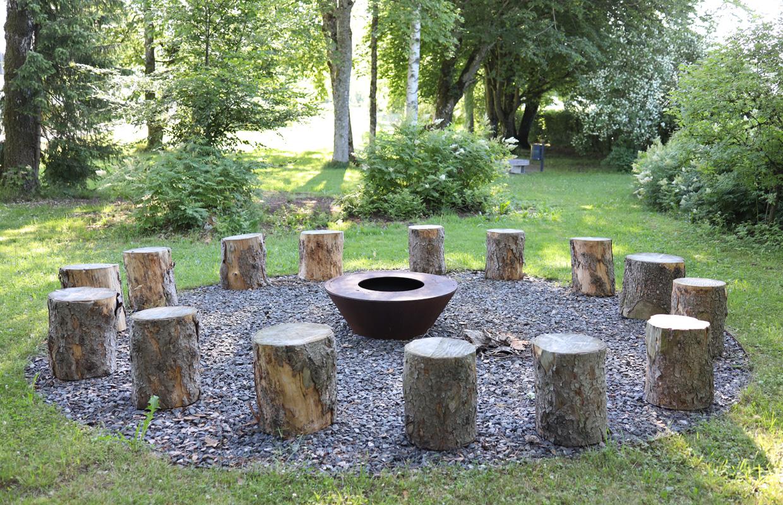 Feuerschale mit Sitzmöglichkeit im Gartenbauprojekt Krankenhaus Obergünzburg