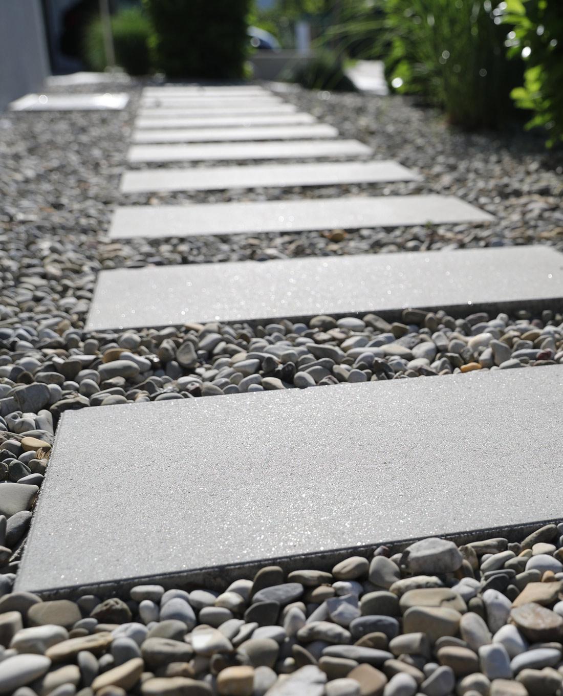 Großformatplatten zur Wegführung in Designgarten