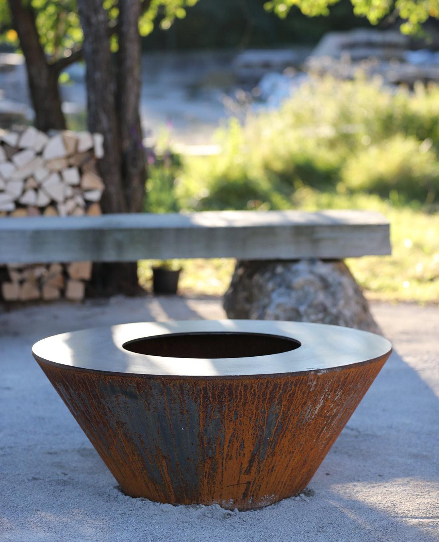 Feuerschale aus Cortenstahl als Gestaltungselement in Designgarten