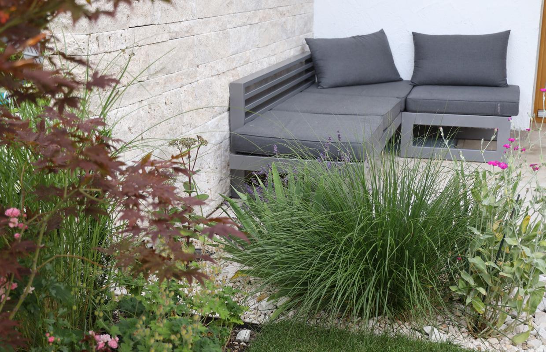 Mediterraner Garten: Sitzgelegenheit mit Sichtschutzmauer aus Naturstein