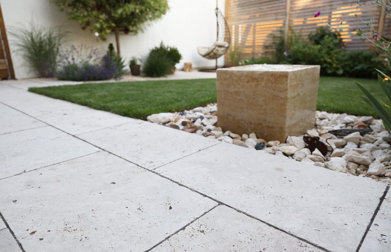 Mediterraner Garten mit Bodenplatten aus Travertin