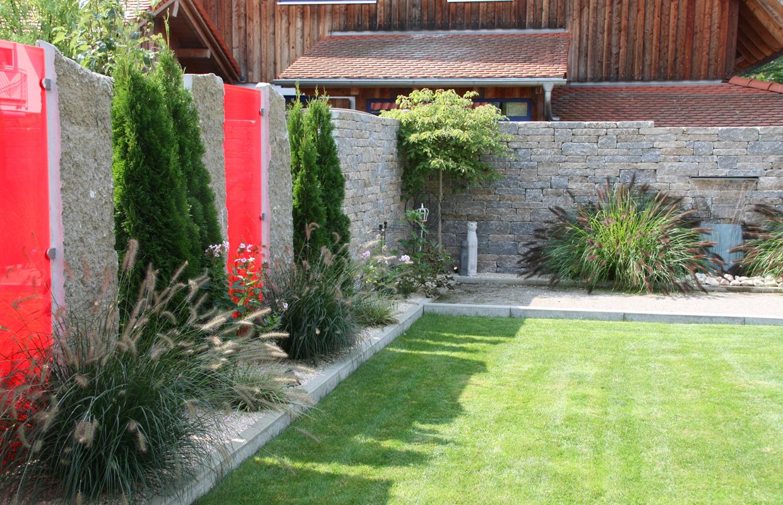 Projekt Designgarten: Wechselschicht Mauer aus Naturstein mit Glaselementen