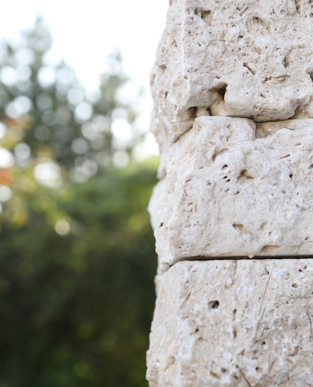 Natursteinmauer aus Kalkstein in mediterranem Garten