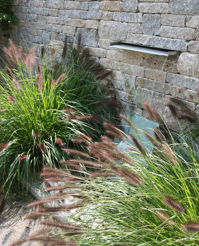 Wasserspiel vor Natursteinmauer