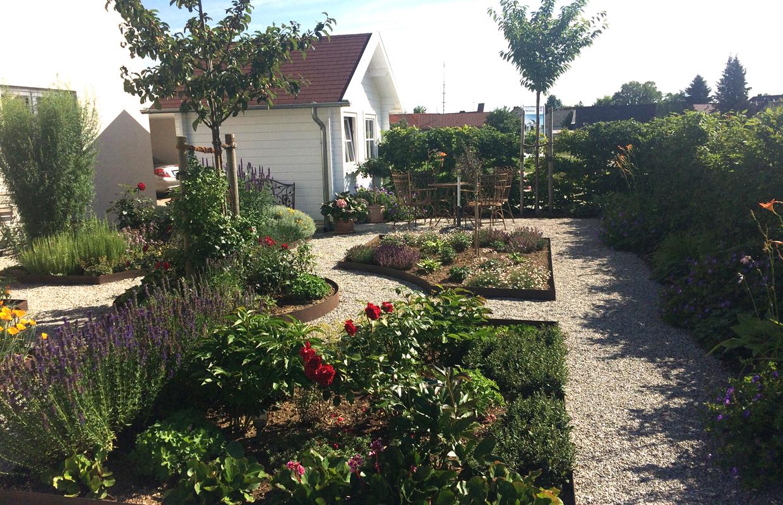 Blumen und Kräuterbeete in Bauerngarten und Wegeführung