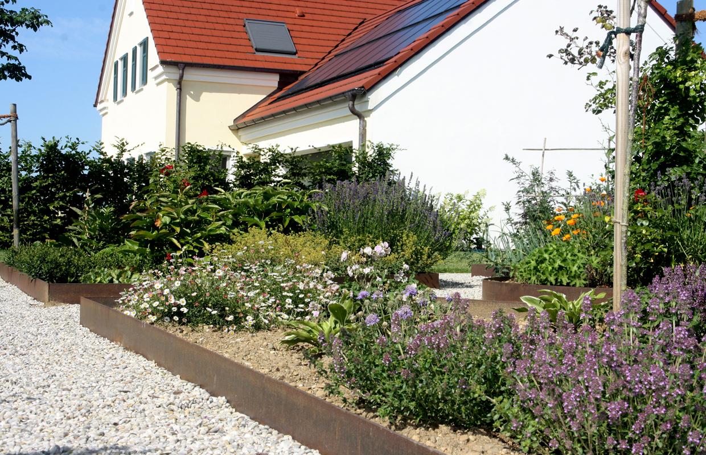 Beetanordnung im Bauerngarten, Beeteinfassung aus Cortenstahl