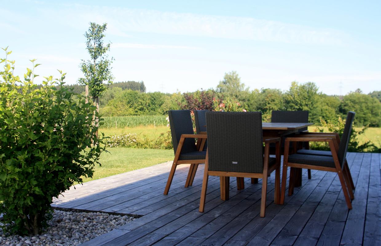 Holzdeck als Terrasse in Bauerngarten