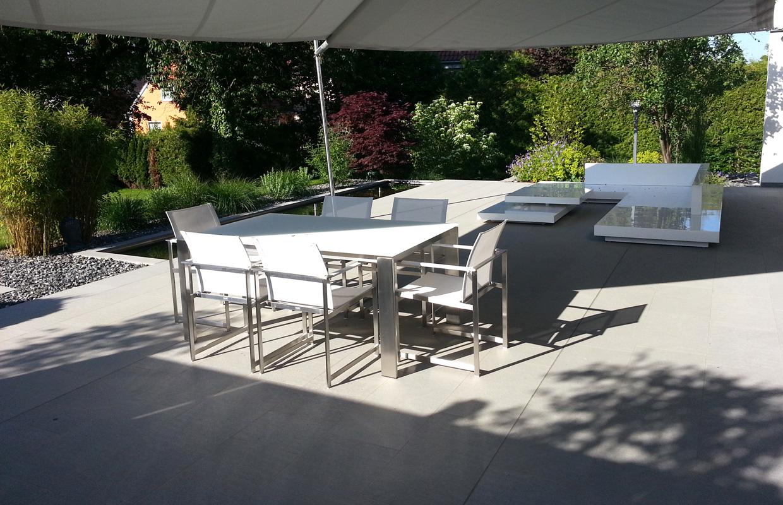 Terrasse in Designgarten und Wasserbecken