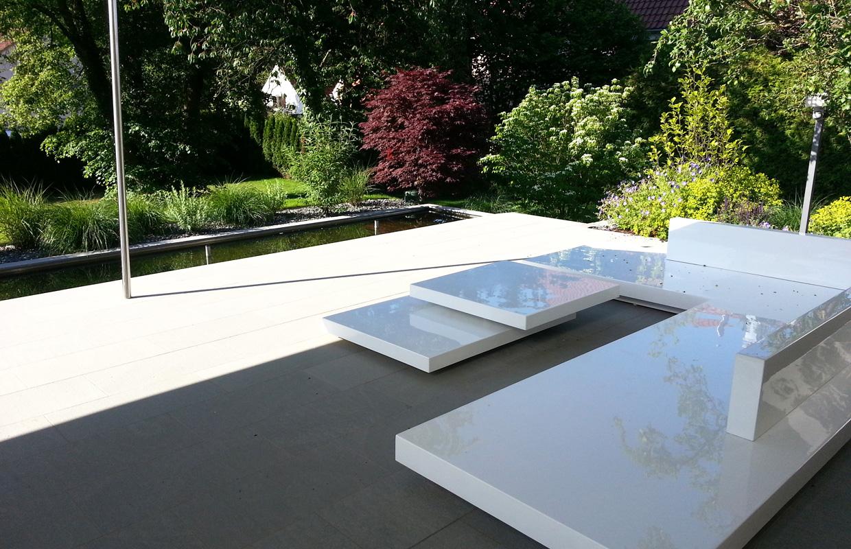 Terrasse in Designgarten mit Blick Wasserbecken aus Edelstahl