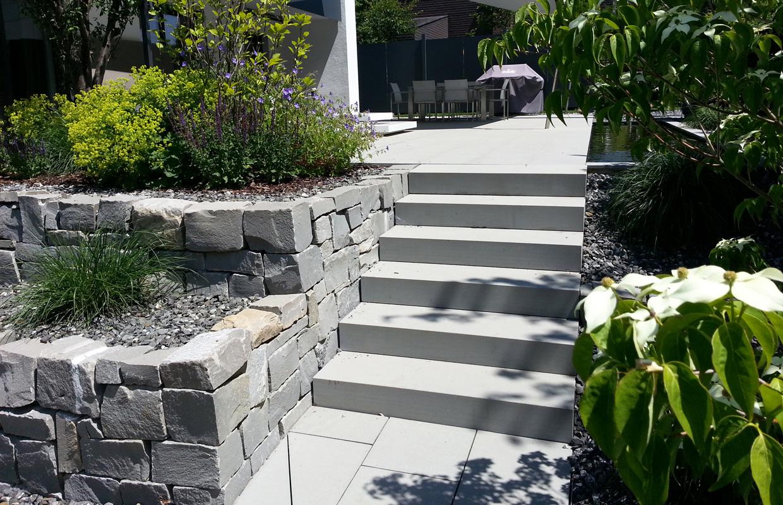 Designgarten mit Wellnessbereich | Hangverbau aus Naturstein | Wegebelag aus Schwarzachtobler Sandstein