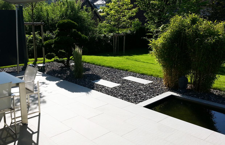 Terrasse in Designgarten mit Natursteinbelag aus Schwarzachtobler Sandstein