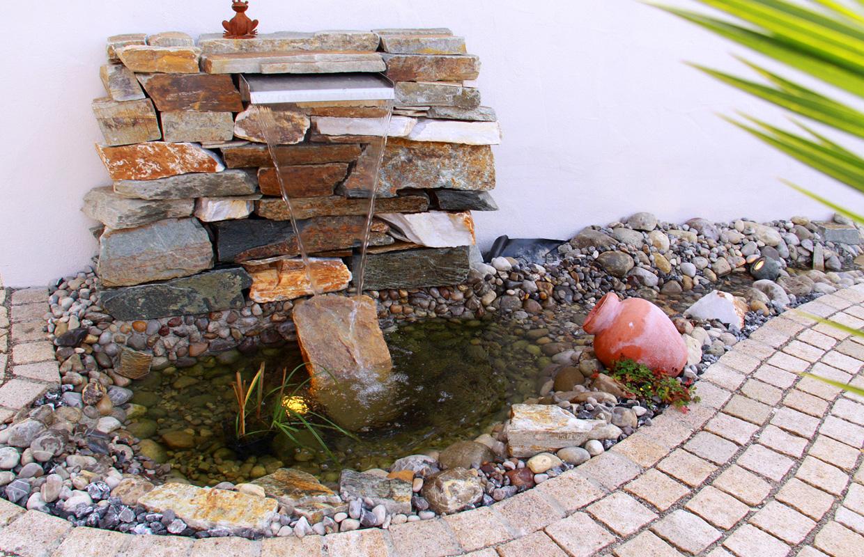 Mediterraner Landgarten | Wasserspiel vor Bruchsteinmauer