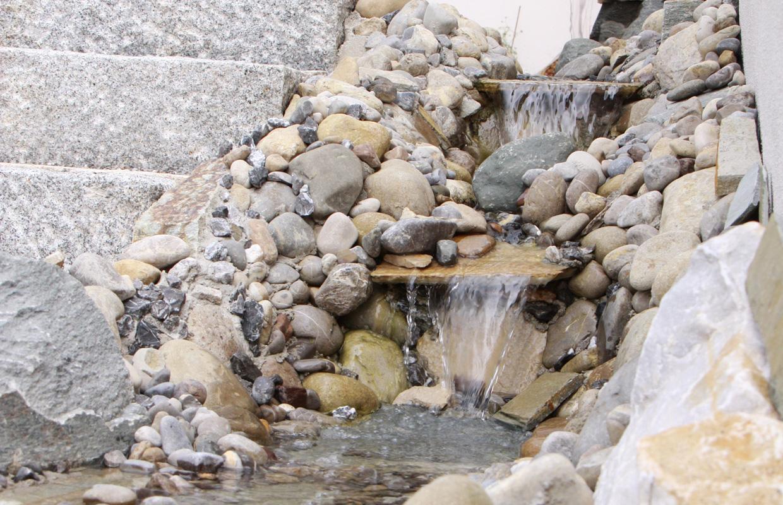 Mediterraner Landgarten | Wasserfall mit Natursteinen
