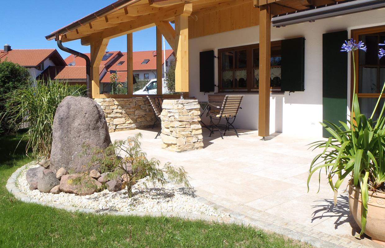 Terrasse in mediterranem Garten
