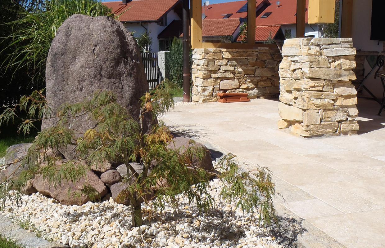 Terrasse mit Belag aus Travertin