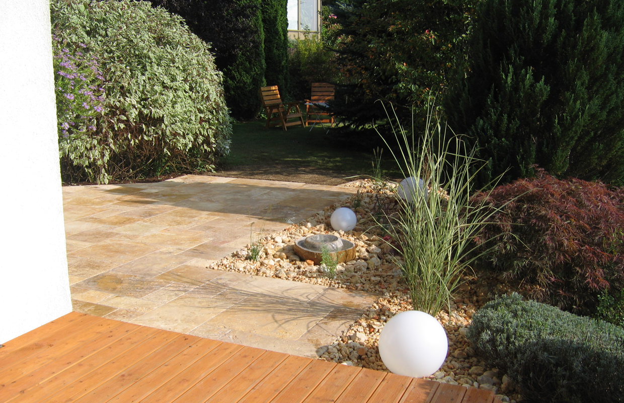 Travertin Formplatten in mediterranem Garten
