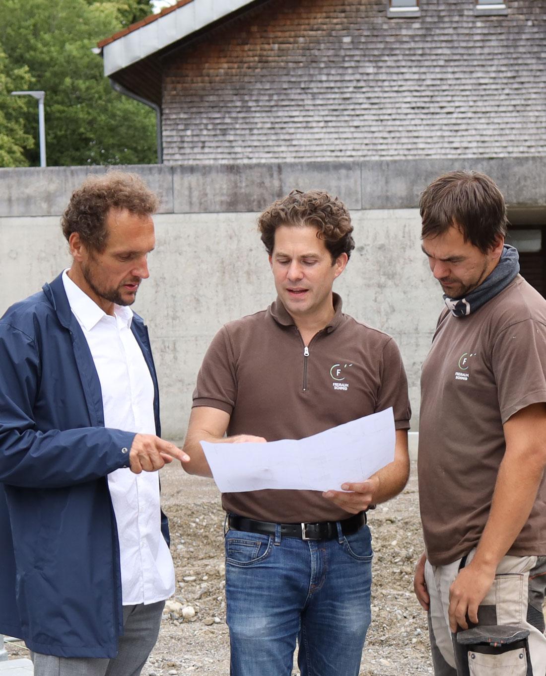 Garantie Poolbau | Planbesprechung Roland Schmid mit Kunden